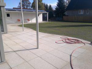 Terrasse_mit_sehr_großen_Granitplatten