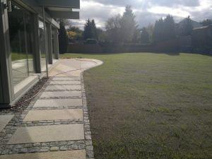 Weg_mit_Kleinpflaster_und_Granitplatten_1